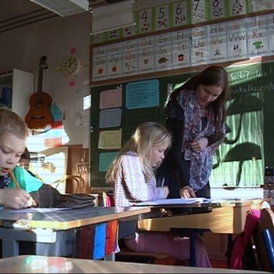 Oppilaita Moinsalmen koululla.