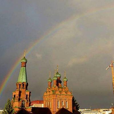 Sateenkaari Tampereen ortodoksikirkon ja tornihotellin rakennustyömaan yllä