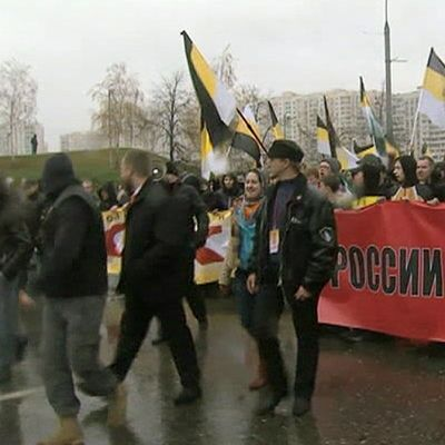 Kansallismieliset mielenosoittajat marssivat Moskovassa.