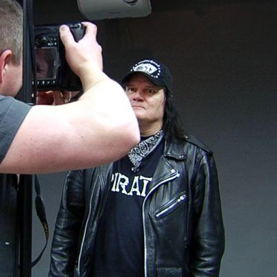 Peer Gyntin ex-rumpali Twist Twist Erkinharju kuvattavana Rumban toimituksessa.