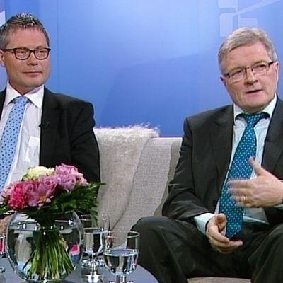 Suomen pysäköintialan liiton puheenjohtaja Juha Sirelius ja perustuslakivaliokunnan puheenjohtaja Johannes Koskinen.