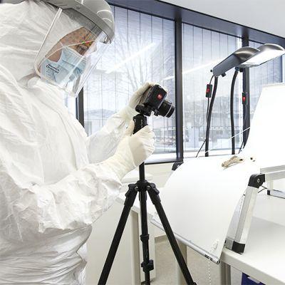 Tutkijat tarkastelevat luita ulkopuolisilta hiukkasilta suojatussa laboratoriossa Mainzissa.