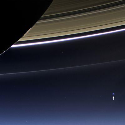 NASAN Cassini-avaruusalukselta otettu valokuva Saturnuksen renkaasta ja Maasta.