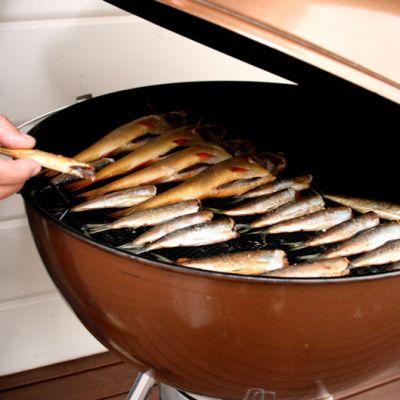 Kaloja kypsyy grillissä
