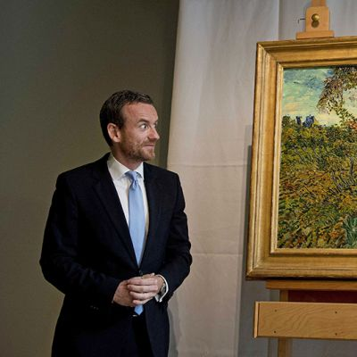 Amsterdamin Van Gogh -museon johtaja Alex Rueger esittelee lehdistölle vastikään löydettyä Vincent van Goghin maalausta.