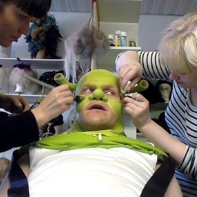 Näyttelijä Otto Kanervaa maskeerataan Shrek-hahmoksi.