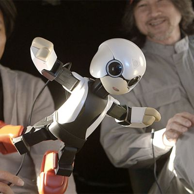 Kirobo-robotti kahden miehen edessä.