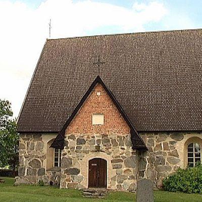 Tuuloksen kirkko on yksi Hämeen viidestä harmaakivikirkosta
