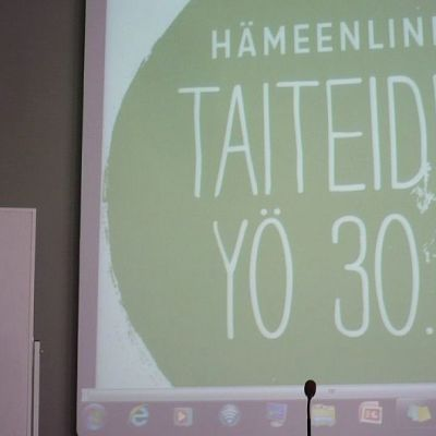 Rosaliina Munnukka kehottaa seuraamaan uutisia ja tiedotteita Hämeenlinnan Taiteiden Yön Facebookista