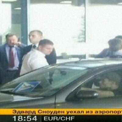 Edward Snowden (selin kameraan) lähdössä Sheremetjevon lentokentältä