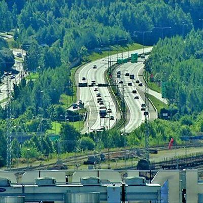 Näkymä tornihotellin 14. kerrokseta Tampere - Helsinki moottoritielle ja pääradalle