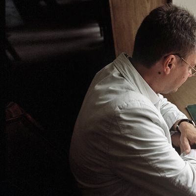 Mies lukee kirjaa.