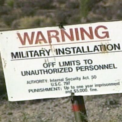 Kyltti Yhdysvaltain armeijan salaisen koealueen Area 51:n reunalla.