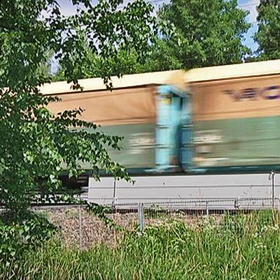 Junaradan meluvalli, juna ajaa vallin takana