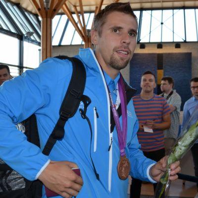 Antti Ruuskanen saapuu Helsinki-Vantaan lentokentälle Lontoon olympialaisista 2012.