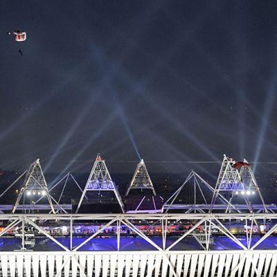 Laskuvarjohyppääjä olympiastadionin yläpuolella.
