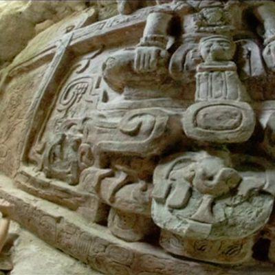 Arkeologi kaivaa esiin suurta Maya-kiviveistosta.