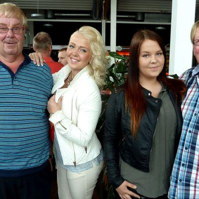 Pikku-Pena, Linda Vink, Henna Sara ja Hilpas Sulin poseraavat yhdessä