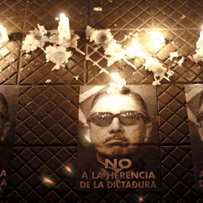 Mielenosoittajien levittämiä julisteita Caupolican-teatterilla Santiagossa, Chilen pääkaupungissa. Julisteissa vastustetaan diktaattorin perinnön ihailemista.