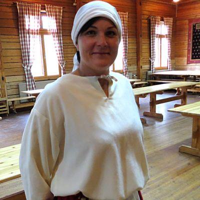 Mari Rauhaniemi on pukeutunut tammelalaisen emännän asuun.