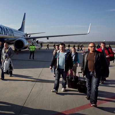 Matkustajat poistuivat Ryanairin koneesta Wroclawin lentokentällä.