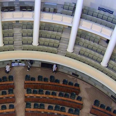 Eduskuntatalon istuntosali kupolin tasanteelta kuvattuna.