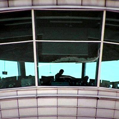 Työntekijöitä lennonjohtotornissa Helsinki-Vantaan lentoasemalla.