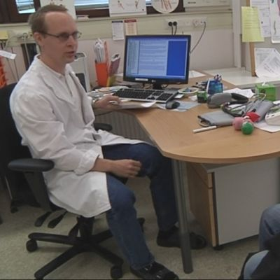 Potilas lääkärin vastaanotolla.