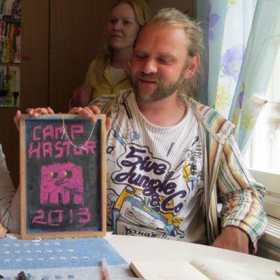 Elina Stoor ja Sami Vuokila pitelevät Camp Hastur-kylttiä