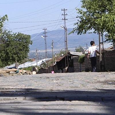 Pikkupoika kaakkoisturkkilaisen kylän kadulla.