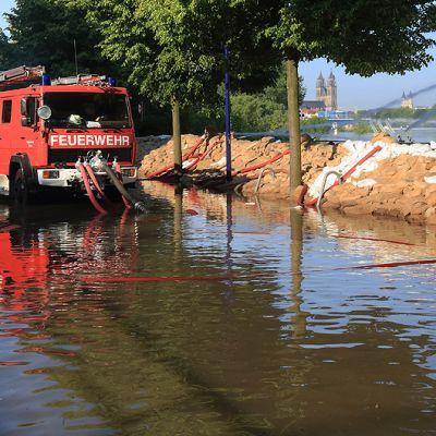 Palokunta pumppaa tulvavettä pois kadulta.