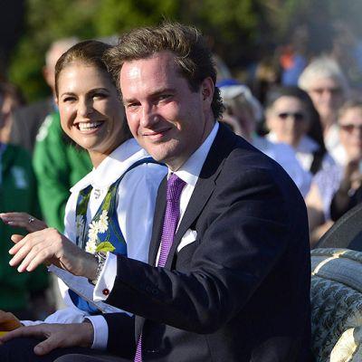 Prinsessa Madeleine ja hänen sulhasensa Chris O'Neill hevosvaunuissa Ruotsin kansallispäivän juhlallisuuksien aikaan.