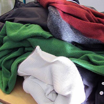 Tekstiilijätettä pöydällä.