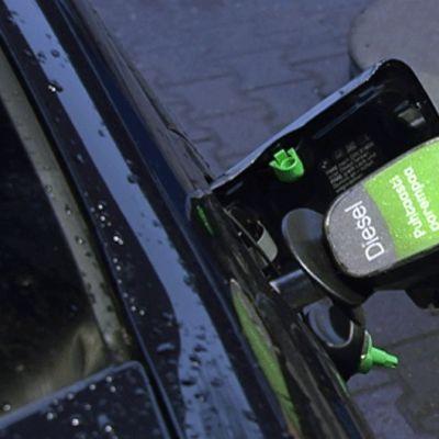 Autoilija tankkaa dieseliä Nesteen bensa-asemalla.