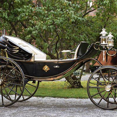 Hevosvaunut, joissa hääpari ajaa vihkiäisten jälkeen kulkueessa läpi Tukholman.