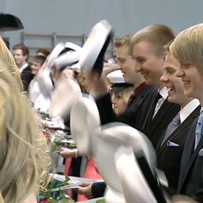 Vantaan Martinlaakson lukion uudet ylioppilaat painavat valkolakit päähänsä lukion kevätjuhlassa.
