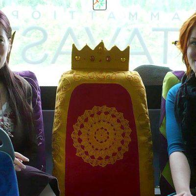 Mari-Elaine Reingoldt ja Helianna Halonen bussin kuningaspenkeillä