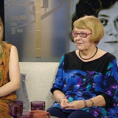 Uinuva-yhtyeen laulaja Heta Keskinarkaus ja Saima Harmaja -seuran puheenjohtaja Päivi Istala.