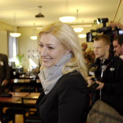 Entinen peruspalveluministeri Maria Guzenina-Richardson SDP:n puoluehallituksen kokouksen jälkeen eduskunnassa.
