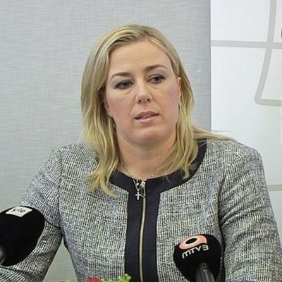 SDP:n puheenjohtaja Jutta Urpilainen puolueensa ministerikierrätystä käsitelleessä tiedotustilaisuudessa.