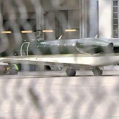 Todennäköisesti siepattua suomalaispariskuntaa kuljettanut lentokone Helsinki-Vantaan lentokentällä laskeutumisensa jälkeen.