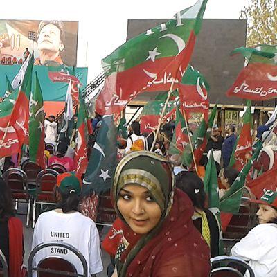 Ihmisiä krikettitähti Imran Khanin vaalitilaisuudessa.