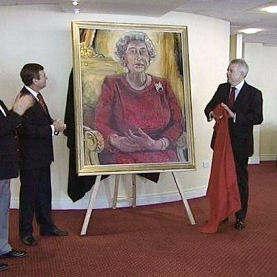 Dan Llywelyn Hallin maalaama kuningatar Elisabetin muotokuva paljastettaan.