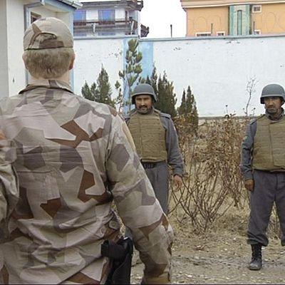 Suomalaiset ja ruotsalaiset ISAF-sotilaat kouluttamassa afganistanilaisia poliiseja.