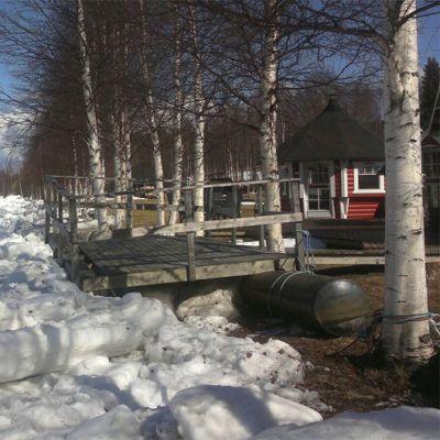 Jäätelejä rantasaunan laiturin vieressä kuivalla maalla Itäkoskella Keminmaassa.