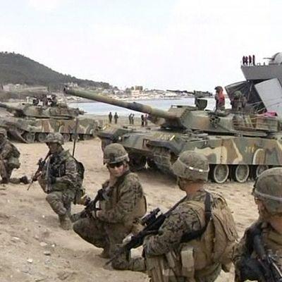 Yhdysvaltain ja Etelä-Korean joukot harjoittelevat yhdessä maihinnousua.