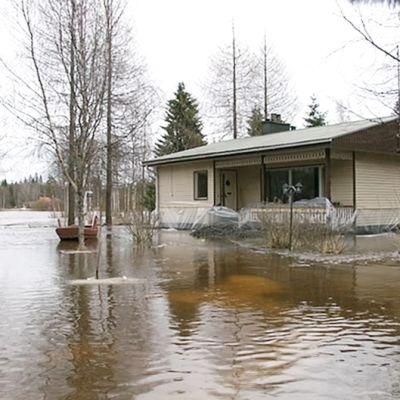 Tulvan saartama omakotitalo Pyhäjoella 19. huhtikuuta.