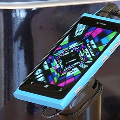 Lumia-puhelin kaupassa.