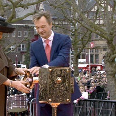 Hollannin kuningatar Beatrix kääntää avainta, jolla symboloitiin maan kansallismuseon Rijksmuseumin avautumista kymmenen vuoden remontin jälkeen.