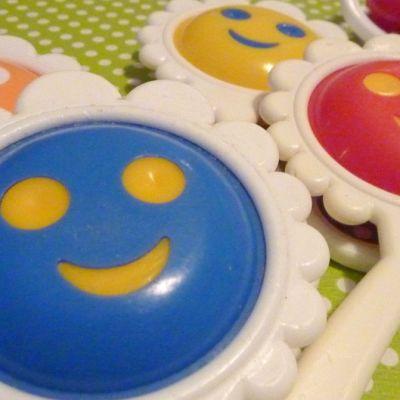 Hymynaamaisia Paapu-helistimiä pöydällä